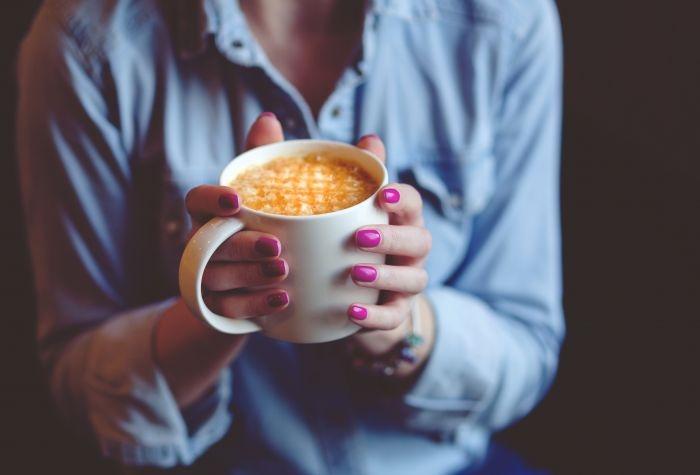 Фото девушки с чашкой кофе в руках   подборка (19)