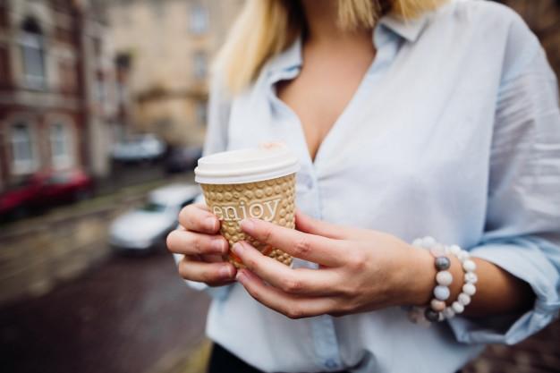 Фото девушки с чашкой кофе в руках   подборка (3)