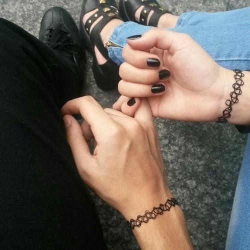 Фото за руки держатся парень и девушка 009