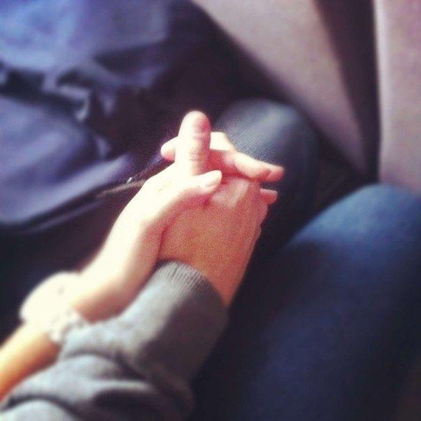Фото за руки держатся парень и девушка 012