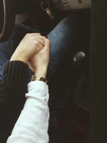 Фото за руки держатся парень и девушка 014