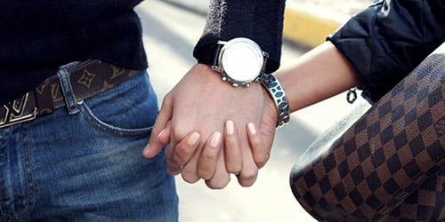 Фото за руки держатся парень и девушка 015