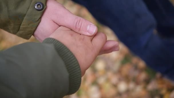 Фото за руки держатся парень и девушка 016