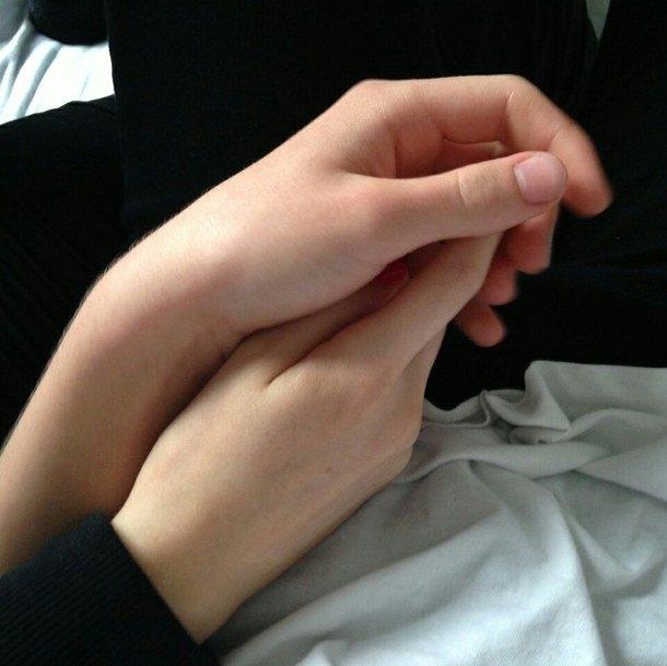 Фото за руки держатся парень и девушка 018