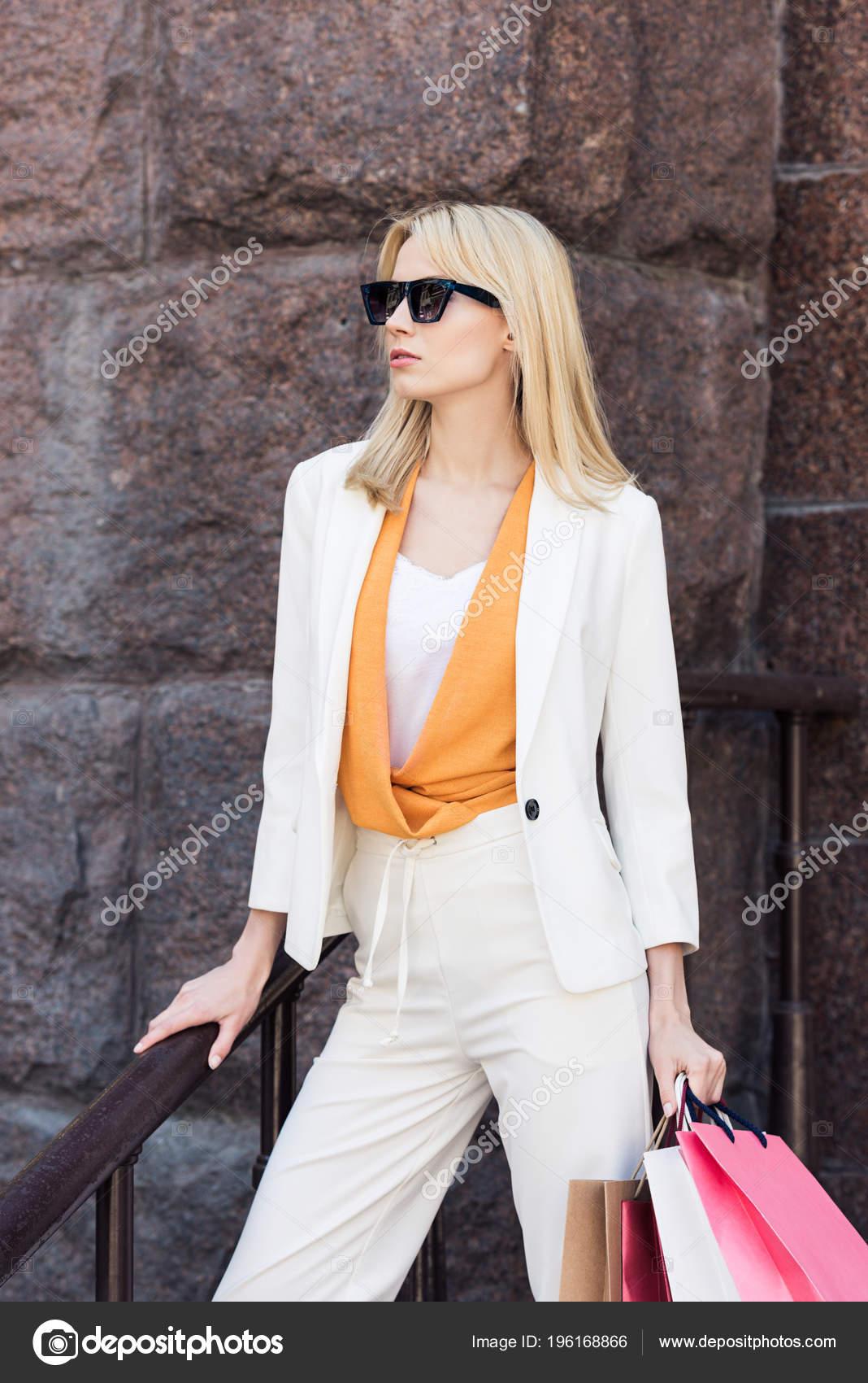 Фото красивых блондинок в очках на улице (10)