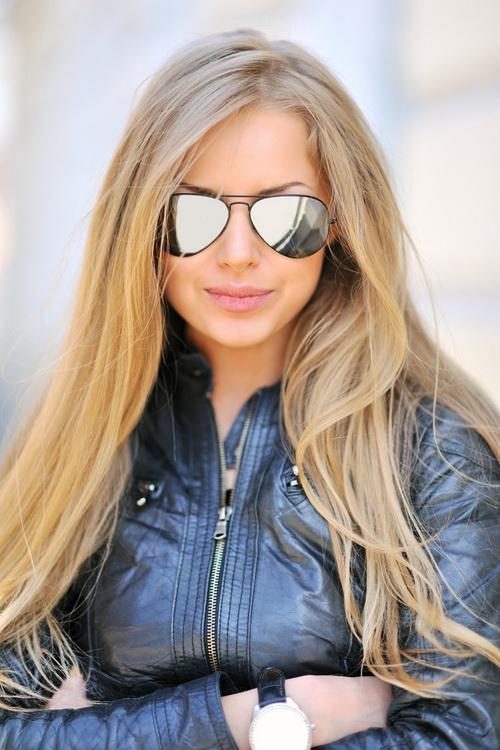 Фото красивых блондинок в очках на улице (11)