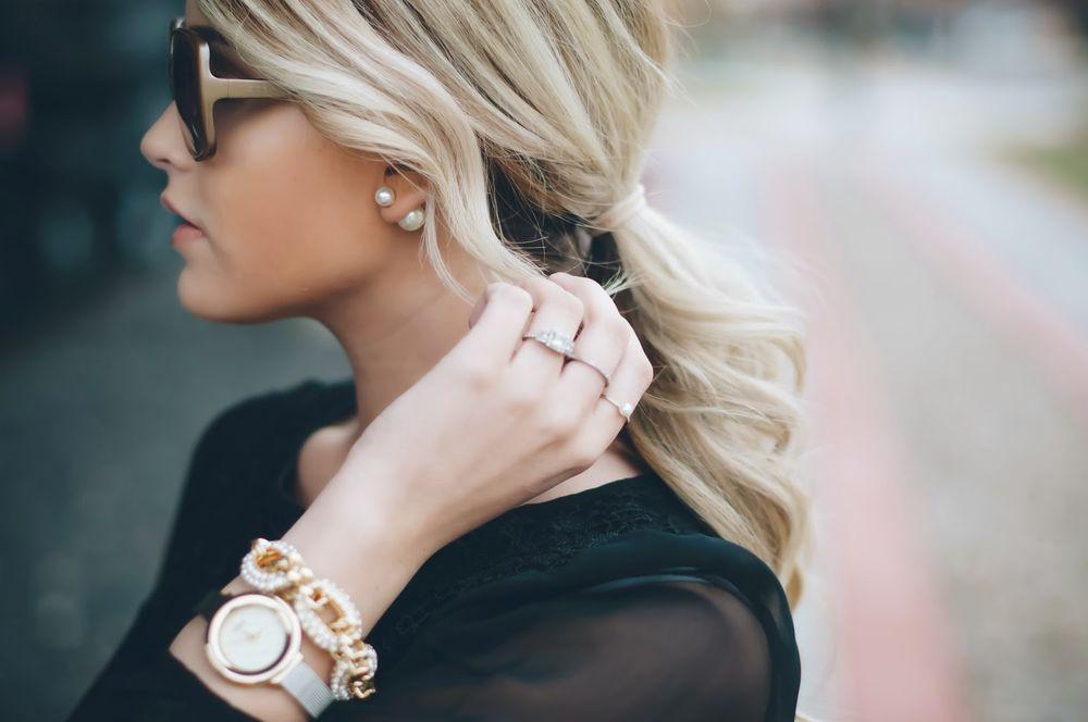 Фото красивых блондинок в очках на улице (12)