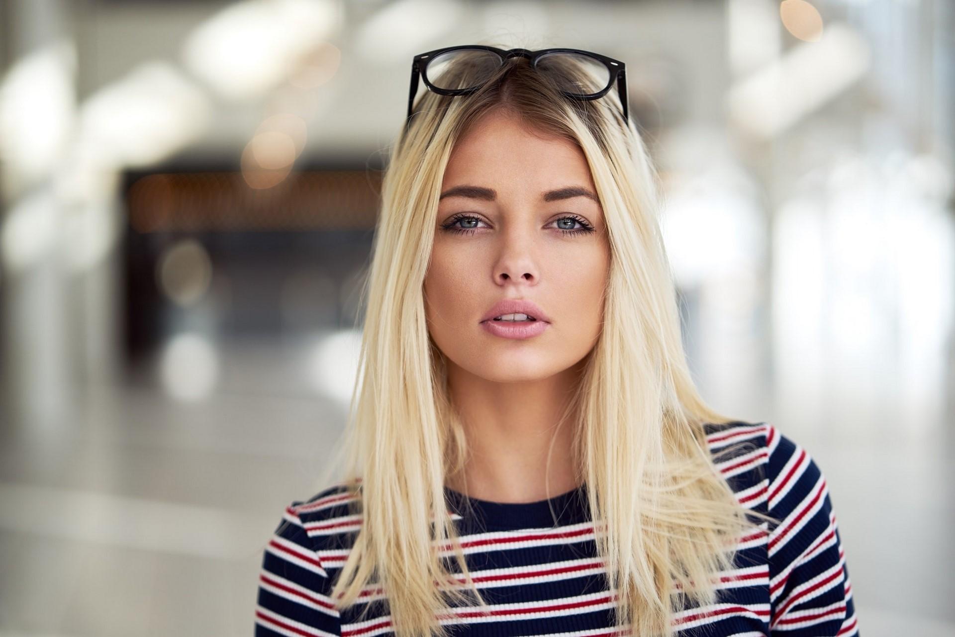 Фото красивых блондинок в очках на улице (13)