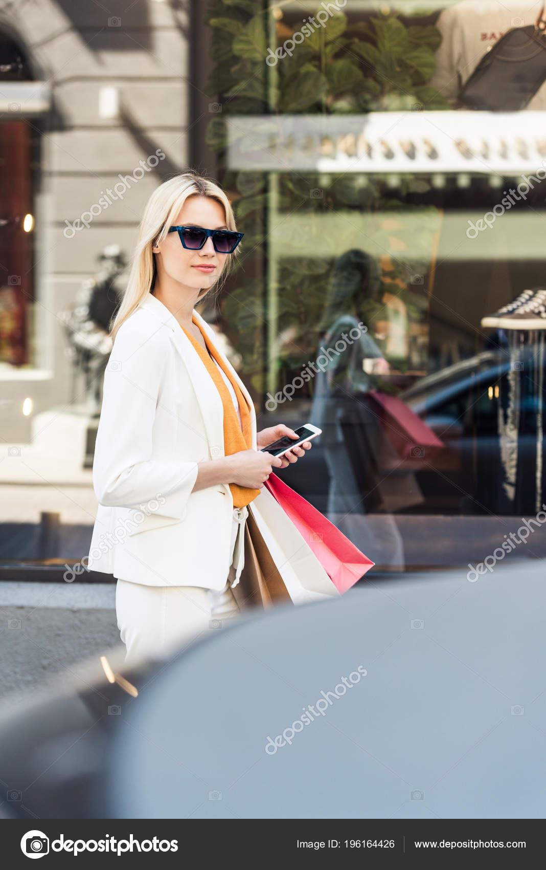 Фото красивых блондинок в очках на улице (14)