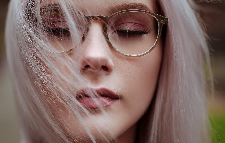 Фото красивых блондинок в очках на улице (19)
