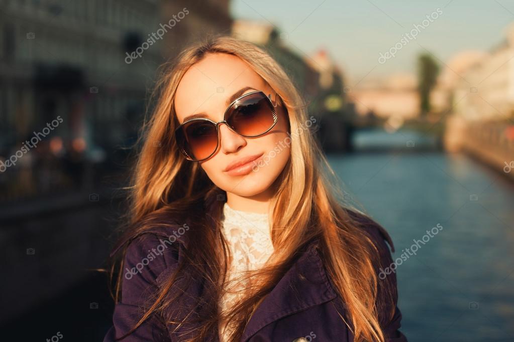 Фото красивых блондинок в очках на улице (2)