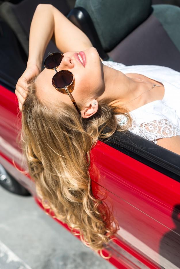 Фото красивых блондинок в очках на улице (22)