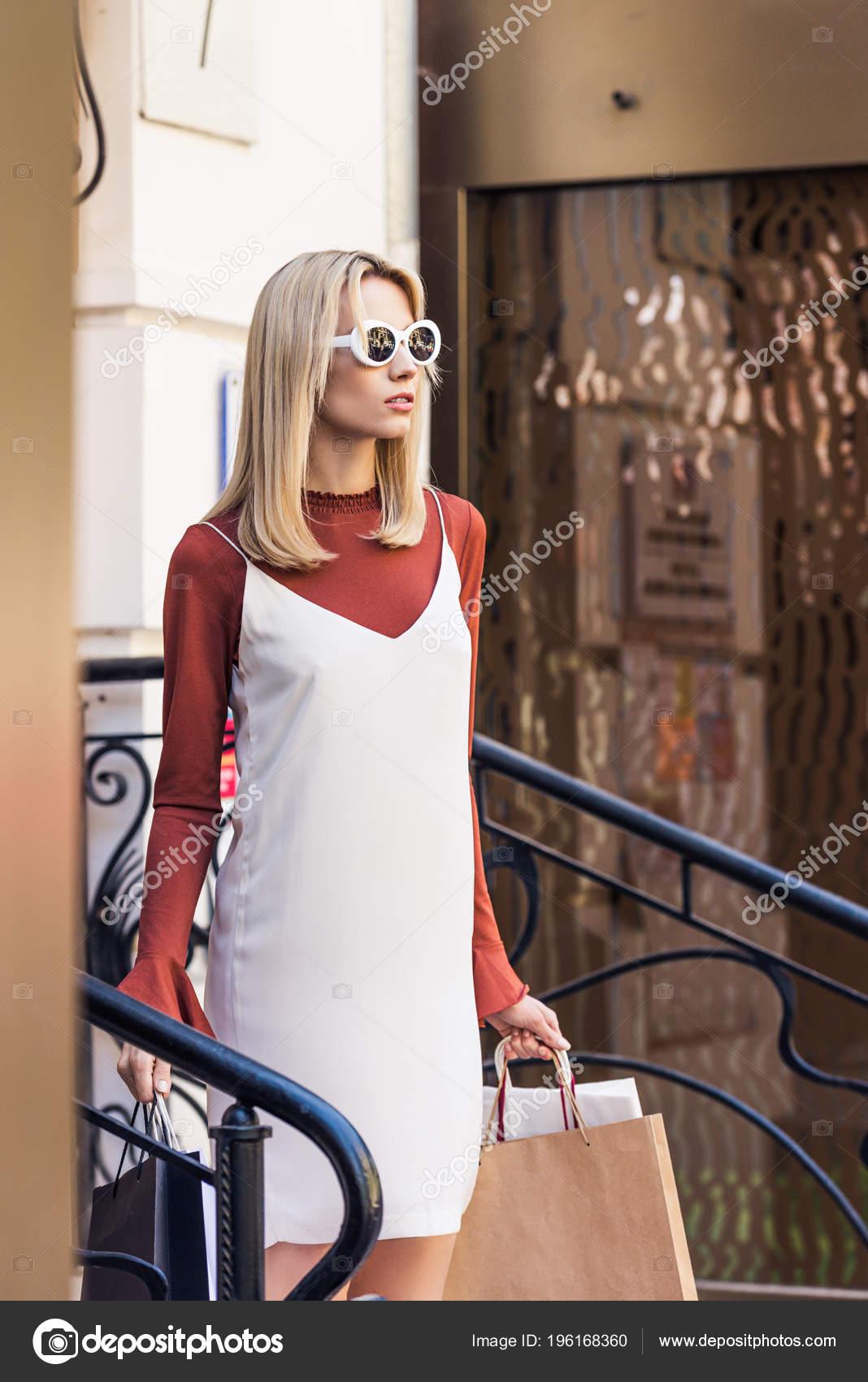 Фото красивых блондинок в очках на улице (23)