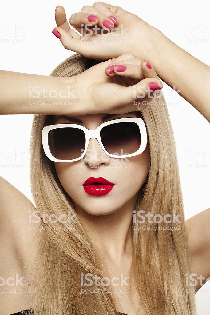 Фото красивых блондинок в очках на улице (24)