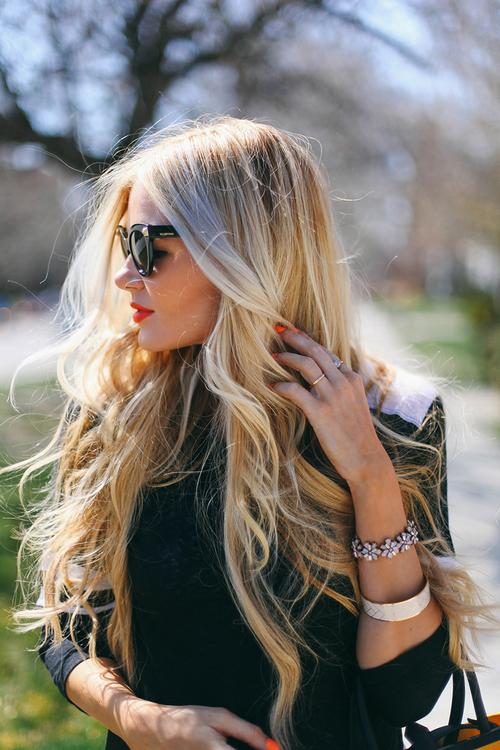 Фото красивых блондинок в очках на улице (8)