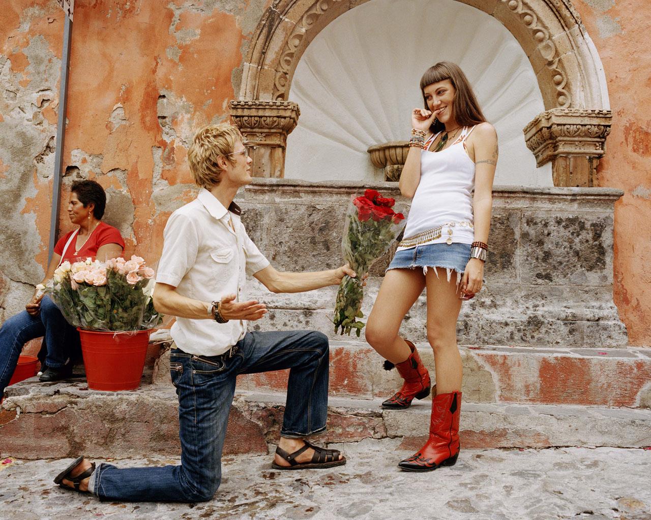 Парень стоит на коленях перед девушкой, анальный секс грудастой красотки видео
