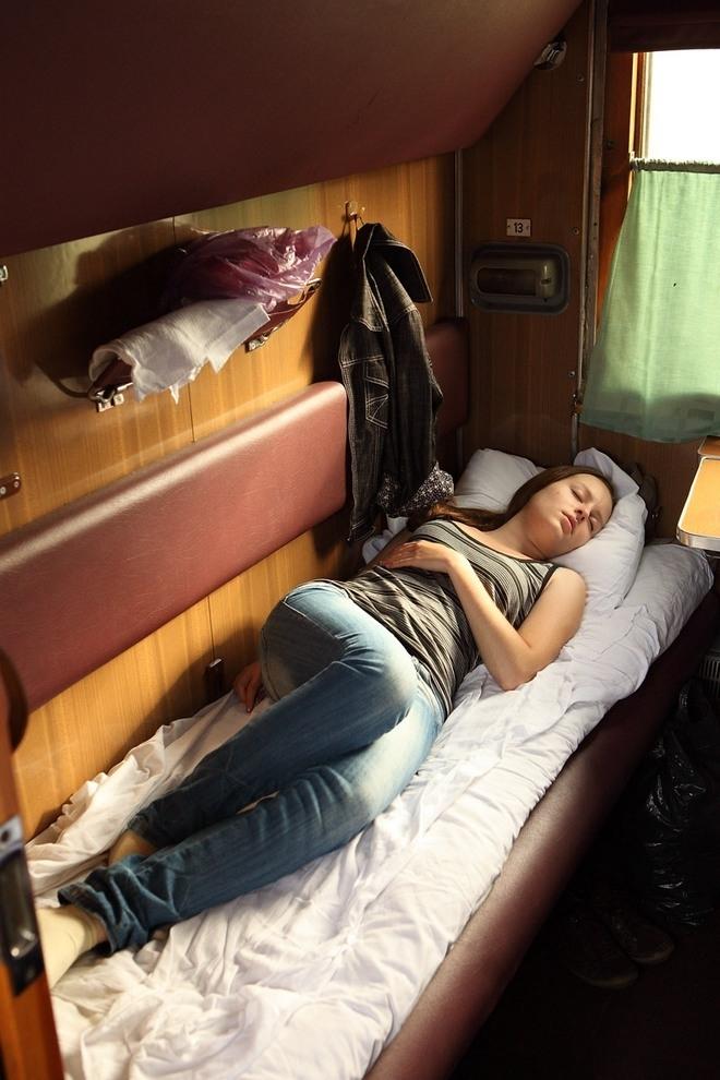 фотографии спящих людей в поездах создается