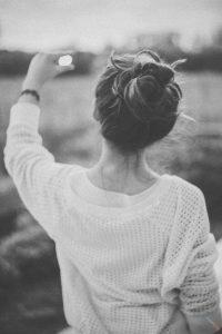 Фото черно белое девушек спиной 019