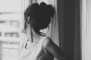 Черно белое фото девушка сзади 013