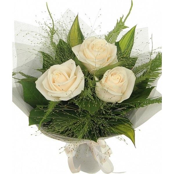 Букеты из трех роз с зеленью оригинальное оформление фото