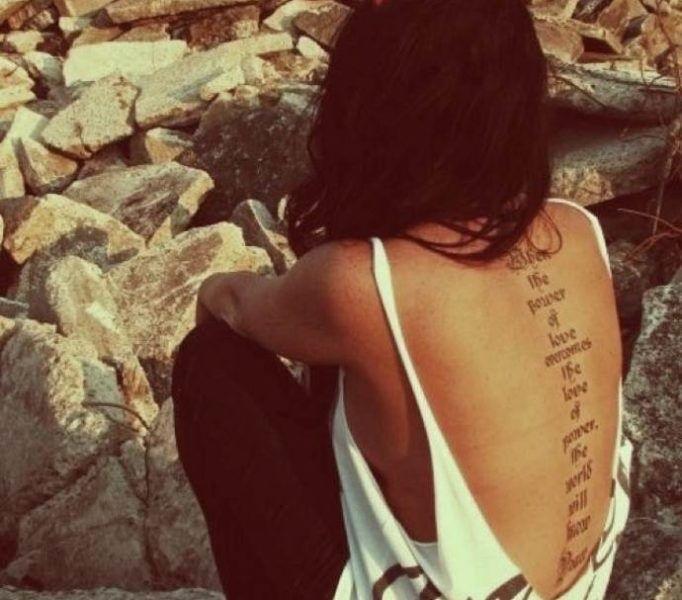 Картинки с надписью на спине девушки