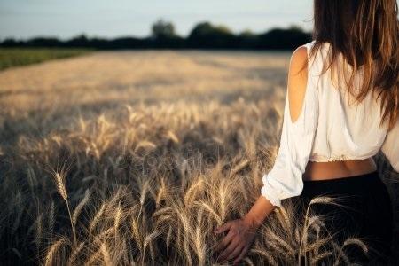 Красивые девушки фото со спины на природе001
