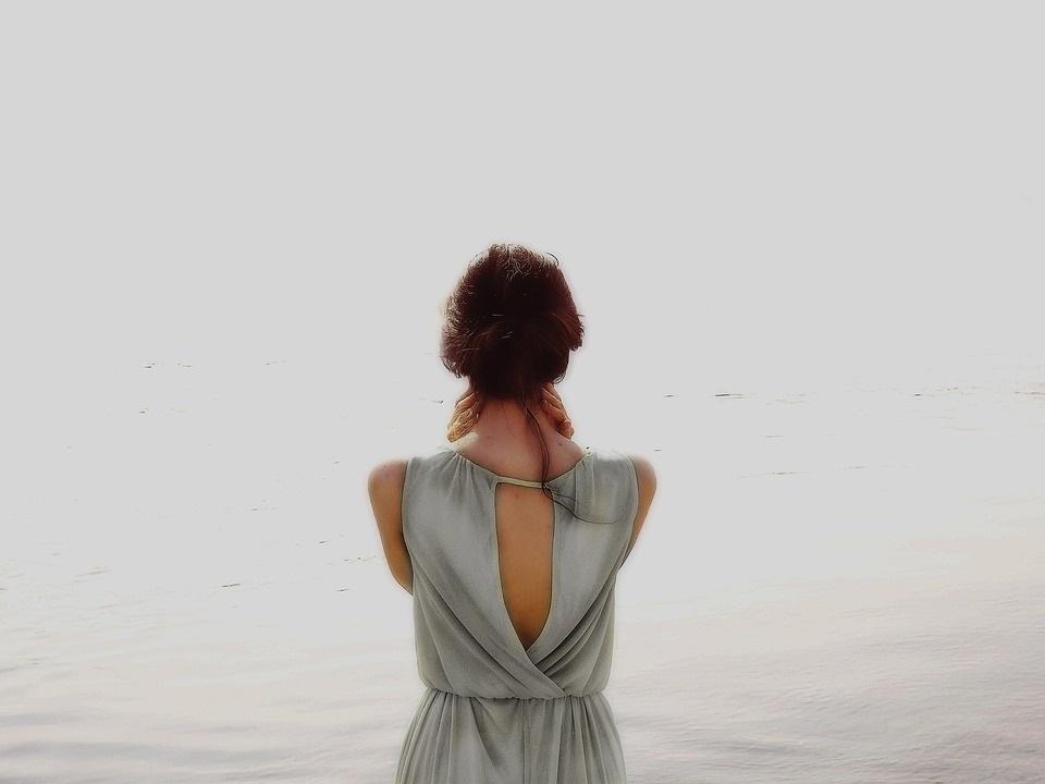 Красивые девушки фото со спины на природе006