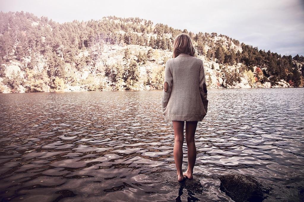 Красивые девушки фото со спины на природе012