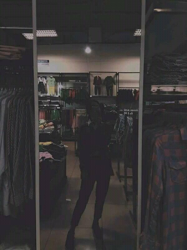 Фото девушек в зеркало с телефоном без лица (1)