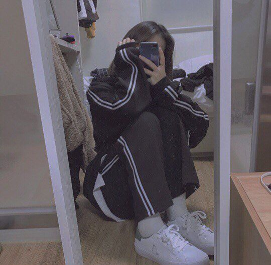 Фото девушек в зеркало с телефоном без лица (21)