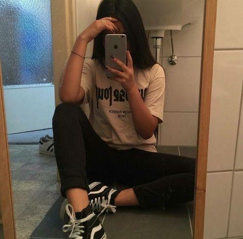 Фото девушек в зеркало с телефоном без лица (7)