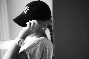 Фото девушка в кепке на аву013