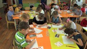 Картинки дети рисуют в детском саду 007