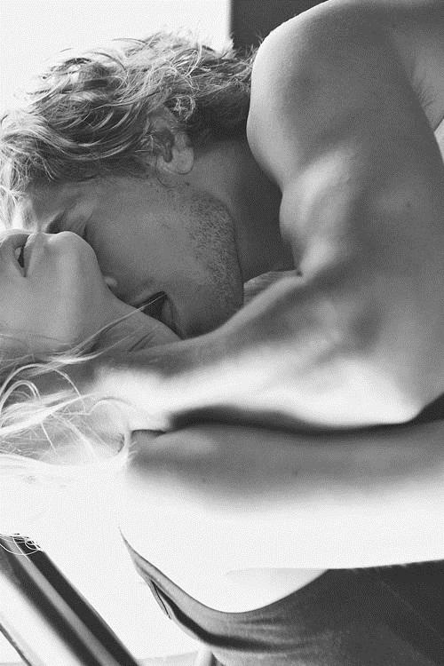 Крещением, картинки девушка целует парня в шею