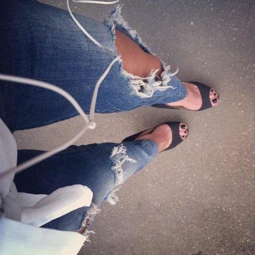 Фото девушки без лица в джинсах 007