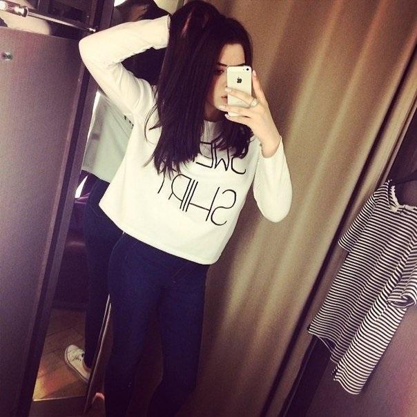 Фото девушки без лица в джинсах 015