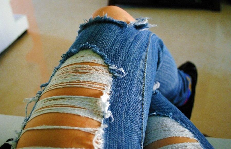 Фото девушки без лица в джинсах 025
