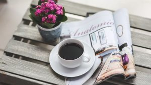 Цветы и кофе на столе фото 015