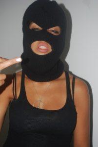 Девушка черной в маске 015