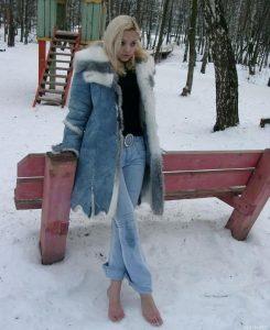 Девушки идут босиком по снегу 014