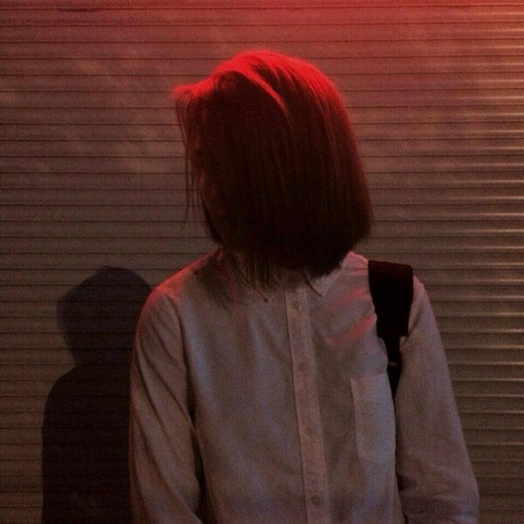Девушки с русыми волосами каре без лица