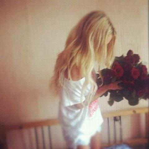 Картинки девушек с цветами блондинки без лица на аватарку002