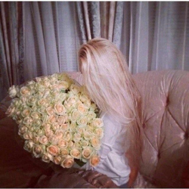 Картинки девушек с цветами блондинки без лица на аватарку015