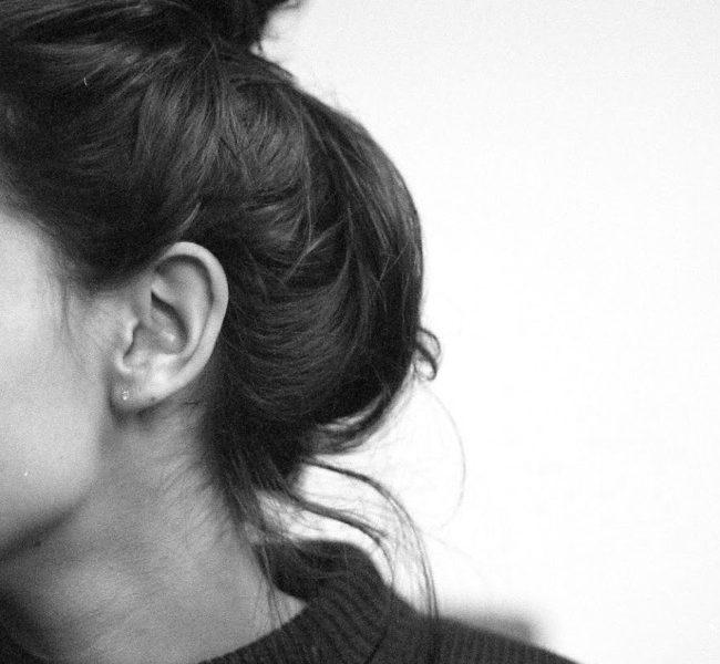 Картинки на аватарку без лица девушки с темными волосами015