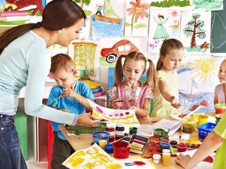 Рисунки воспитатель и дети в детском саду 005