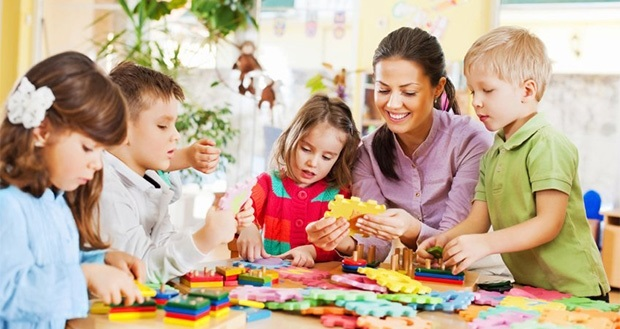 Рисунки воспитатель и дети в детском саду 009