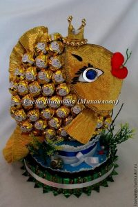 Своими руками рыбка из конфет 022