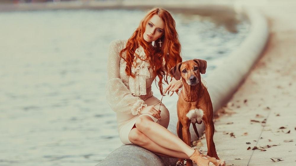 Фото рыжая девушка с собакой001