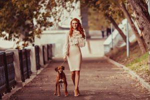 Фото рыжая девушка с собакой012