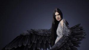 брюнетка с крыльями 020